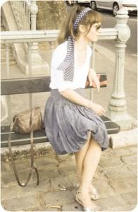 Headband Charlotte Cozon, chemise H&M, jupe chiné, sandales Zara