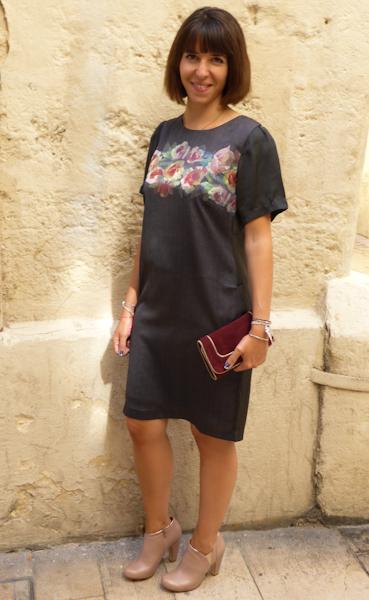 Lelou porte une robe baroque en soie Nice Things 89€ Pochette en daim Mila Louise 69€ Low boots rose poudré Schubar 95€