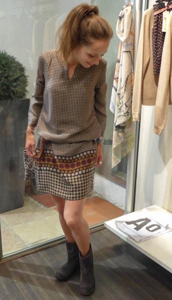 Milo porte une robe en soie Nice Things 140€ Une ceinture tressée en cuir Yerse 49€ Boots en cuir