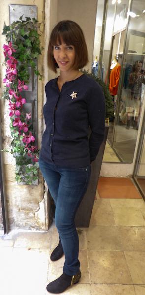Lelou porte un jean super slim LTP 75€ Gilet en coton et soie Ao 105€ Boots en suédine doré Schubar 85€