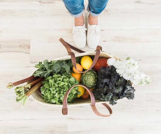 légumes frais dans un panier en osier nature