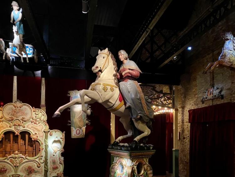 Cheval de bois et son cavalier musée des arts Forains à Paris