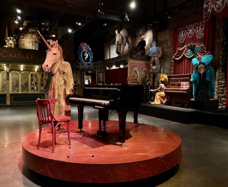 Licorne de bois et piano à queue musée des Arts Forains à Paris