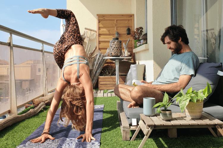 Posture de yoga avec Axelle et son amoureux
