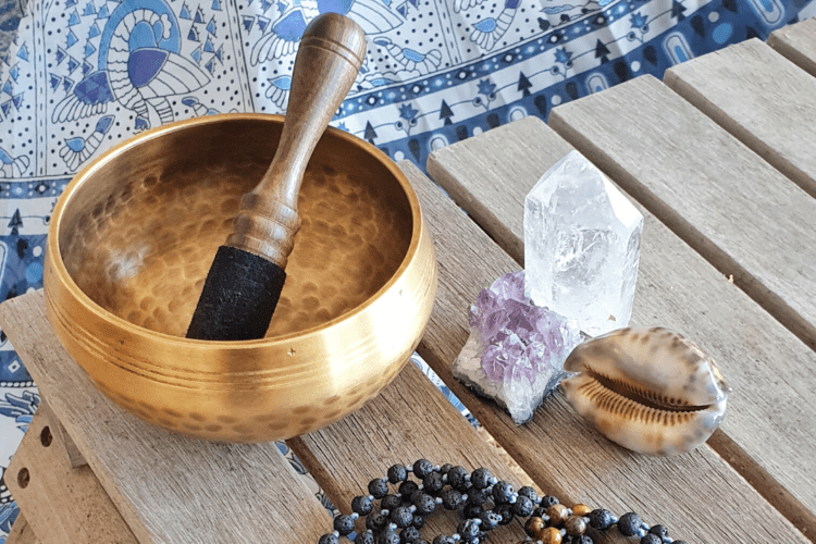 Gong, mala et pierres: améthyste, crystal, cauri