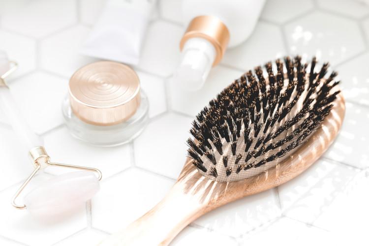 brosse à cheveux et produits de beauté