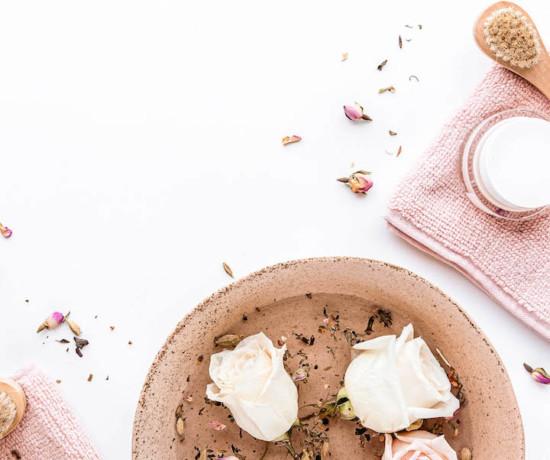 roses coupées dans un bol avec de l'eau
