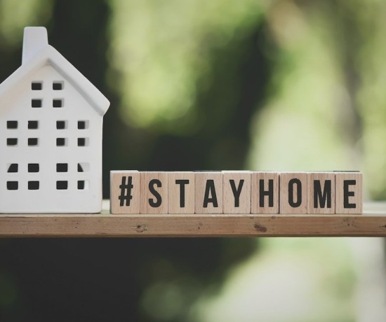 message de stay at home pour le confinement