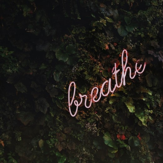 écriture néon rose : Breathe