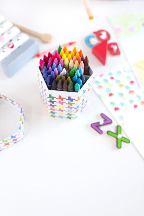 table, crayon de couleur gras, activité dessin