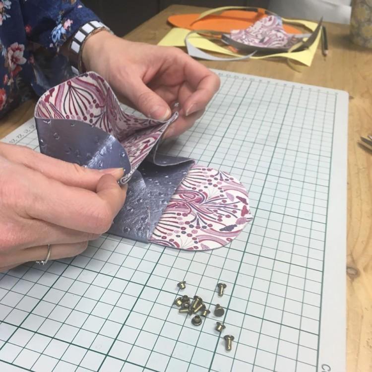 Réalisation de porte-monnaie lors d'ateliers créatifs Les enfants nomades